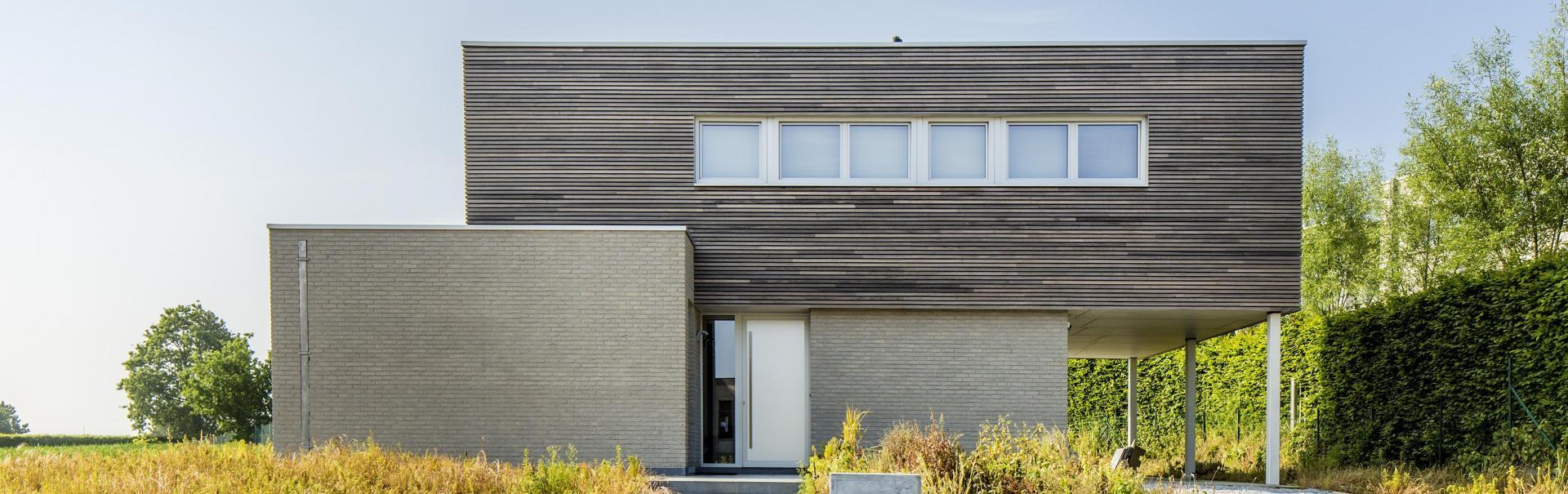 Moderne woning met gevelsteen en gevelbekleding in hout