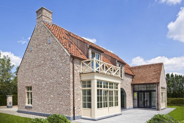Landelijke villa met recuperatiematerialen en rieten dak (Lovendegem)