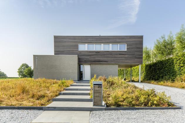 Moderne woning met gevelsteen en gevelbekleding in hout (Velzeke)