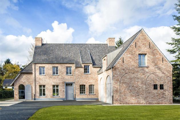 Villa met recuperatiegevelsteen, panoramische gebogen ramen (Waasmunster)