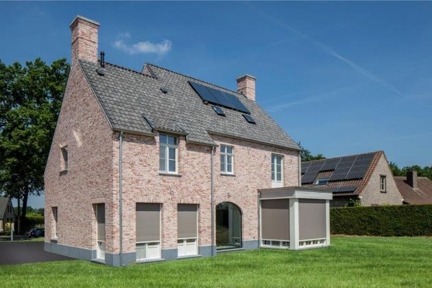 """Vrijstaande woning met nieuwe handvorm gevelsteen """"Retro Pastorie"""" (Zwalm)"""