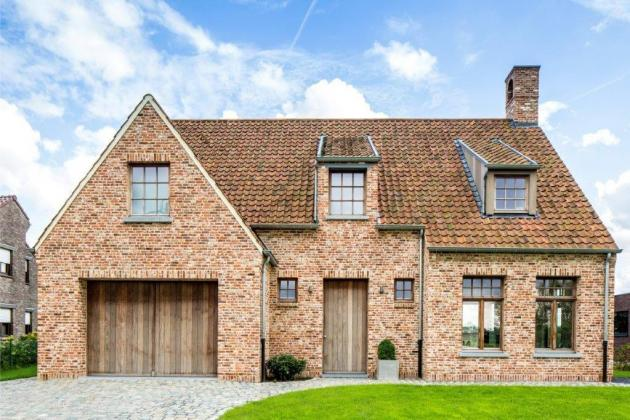 Vrijstaande woning, accenten met zware eiken balken ingewerkt in de constructie (Puurs)