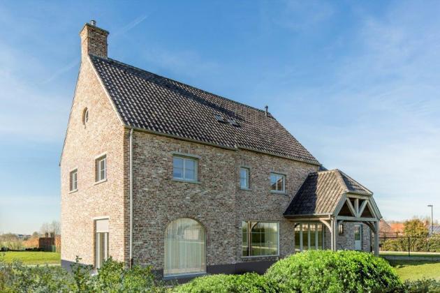 Vrijstaande woning met volledige overdekt terras met houten balken (Oudenaarde)