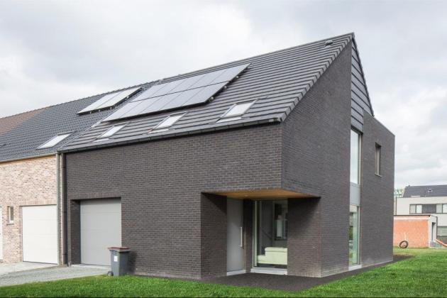 Moderne halfopen bebouwing met zwarte gevelsteen (Zele)